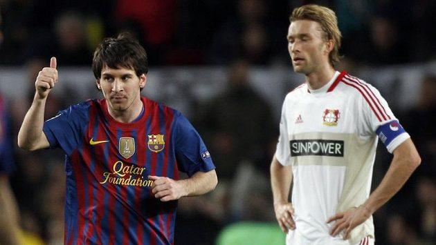 Lionel Messi slaví jednu z branek, kapitán Leverkusenu Simon Rolfes nemůže uvěřit