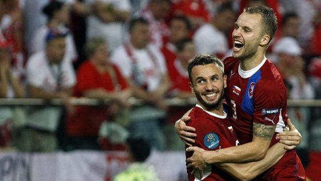 Tomáš Sivok (vlevo) s Michalem Kadlecem v postupové euforii během ME.