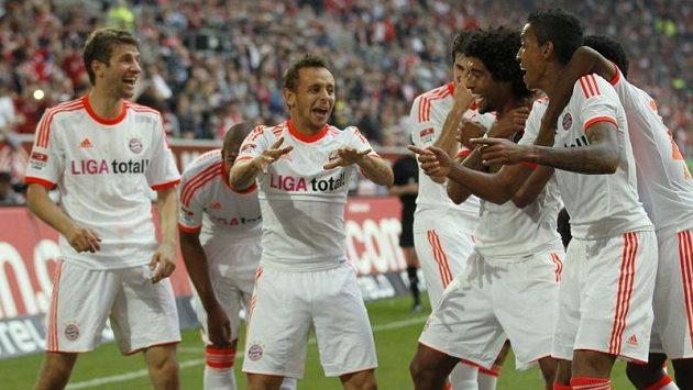 Rafinha z Bayernu Mnichov (uprostřed) měl se spoluhráči co slavit...
