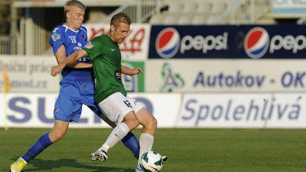 Michal Frydrych z Ostravy (vlevo) s jabloneckým Karelem Pitákem v úvodním zápase nové sezóny Gambrinus ligy.