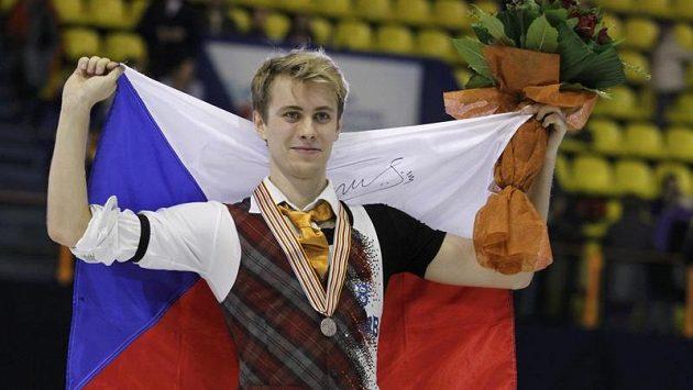 Krasobruslař Michal Březina s bronzovou medailí z mistrovství Evropy na krku