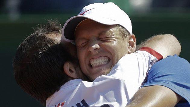 Radek Štěpánek objímá Tomáše Berdycha po vítězství nad Argentinou.
