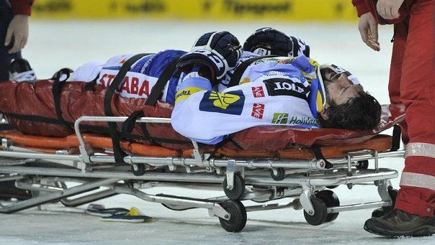 Zraněný Radek Dlouhý z Brna opouští led při duelu s Libercem na nosítkách.