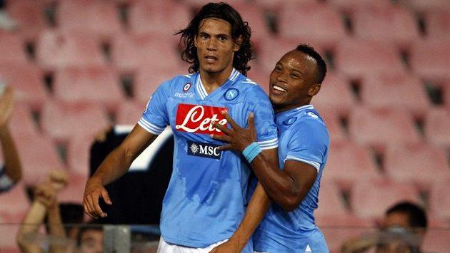 Uruguayský útočník Edinson Cavani (vlevo) z Neapole slaví gól do sítě Lazia Řím.