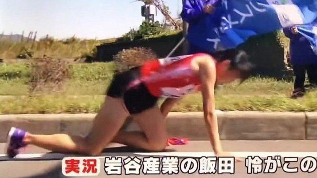 Studentka dokončila se zlomenou nohou. Vzdávat se není v povaze Japonců.