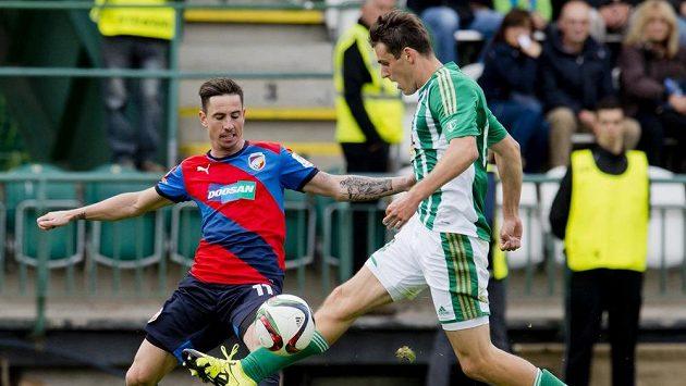Zleva Milan Petržela z Plzně a Milan Havel z Bohemians v utkání 7. kola Synot ligy.