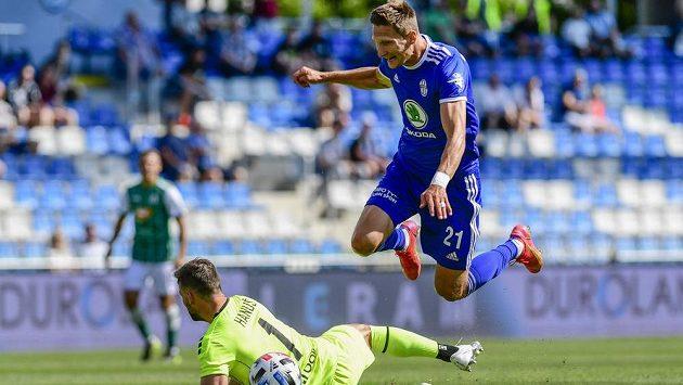 Zleva brankář Jan Hanuš z Jablonce a střelec druhého gólu Milan Škoda z Boleslavi.