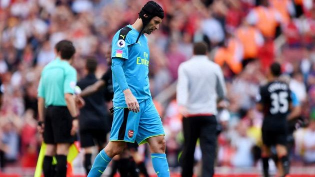 Smutný brankář Arsenalu Petr Čech po porážce s Liverpoolem v prvním kole Premier League.