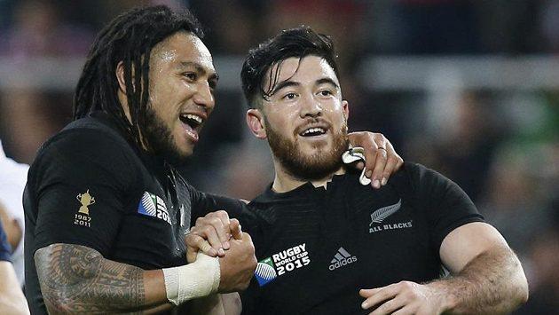 Ragbysté Ma'a Nonu (vlevo) a Nehe Milner z Nového Zélandu se radují z výhry nad Tongou.