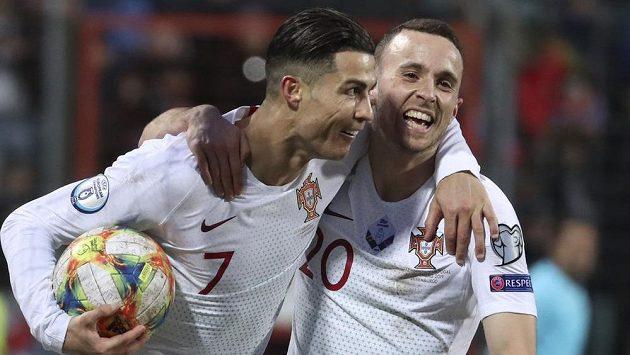 Portugalci se radují, zleva Cristiano Ronaldo a Diogo Jota, jemuž hvězda vyfoukla gól...