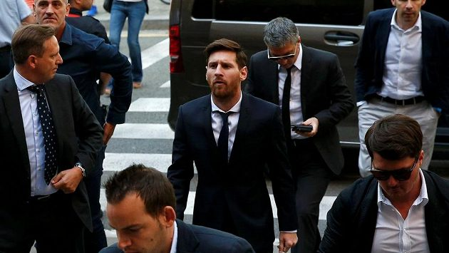 Lionel Messi kráči k soudu.