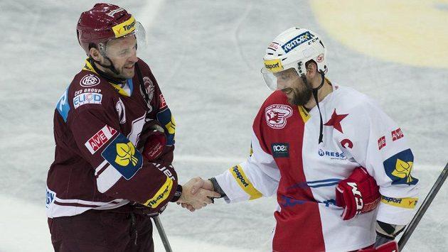 Slávista Petr Kadlec (vpravo) přijímá gratulaci k vítězství od sparťana Jaroslava Hlinky.
