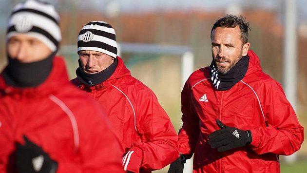 Fotbalisté českobudějovického Dynama zahájili zimní přípravu. Na snímku jsou útočník Ivo Táborský (uprostřed) a obránce Tomáš Sivok (vpravo).