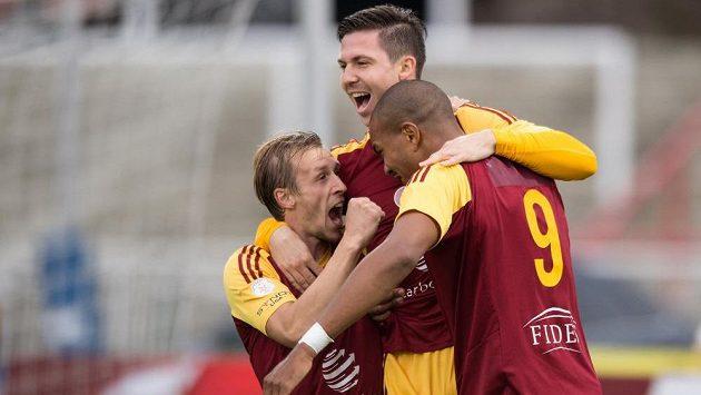 Záložník Dukly Tomáš Přikryl (uprostřed) slaví se spoluhráči Tomášem Bergrem a Jeanem-Davidem Beauguelem gól proti Baníku.