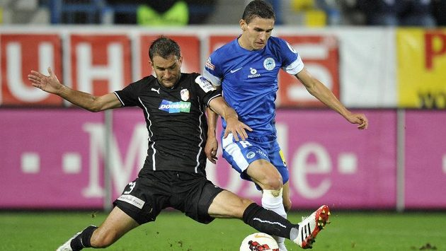 David Pavelka (vpravo) z Liberce bojuje o míč s Markem Bakošem z Plzně.