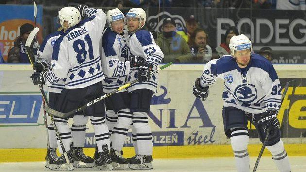 Hráči Plzně se radují z prvního gólu proti Brnu.