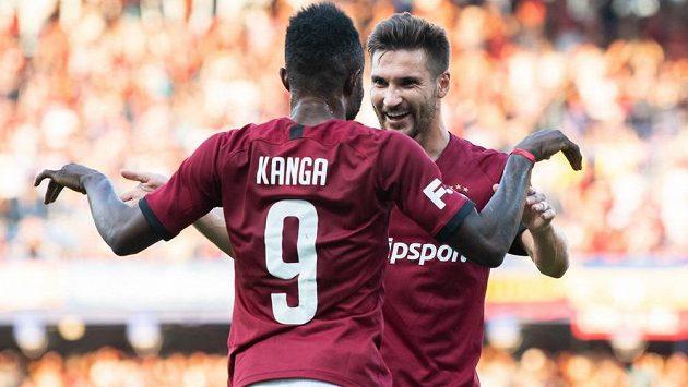 Fotbalisté Sparty Praha Guélor Kanga a Michal Trávník oslavují gól na 1:0 během utkání 4. kola Fortuna ligy s Příbramí.