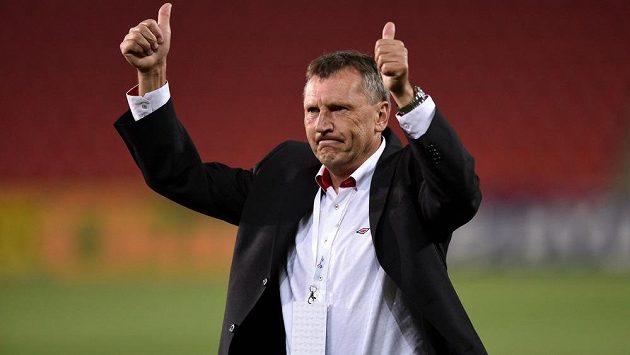 Slávistický trenér Miroslav Beránek slaví s fanoušky výhru nad Plzní.