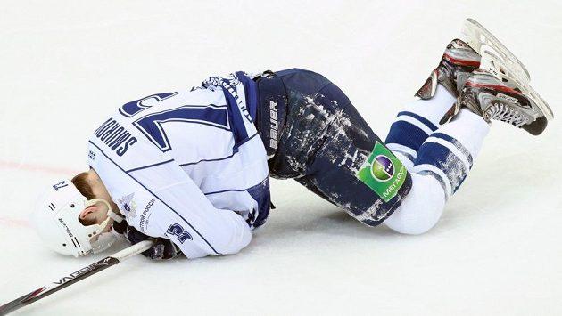 Sergej Smurov z Amuru Chabarovsk v nehokejové pozici na ledě.