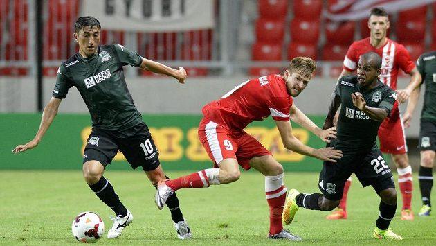 Fotbalista Diosgyöru Patrik Bacsa (uprostřed) v souboji s Odilem Ahmedovem s Krasnodaru (vlevo Joaozinho) v úvodním utkání třetího předkola Evropské ligy.