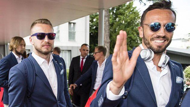 Čeští fotbalisté po příjezdu k hotelu. Zleva Michal Kadlec a Tomáš Sivok.