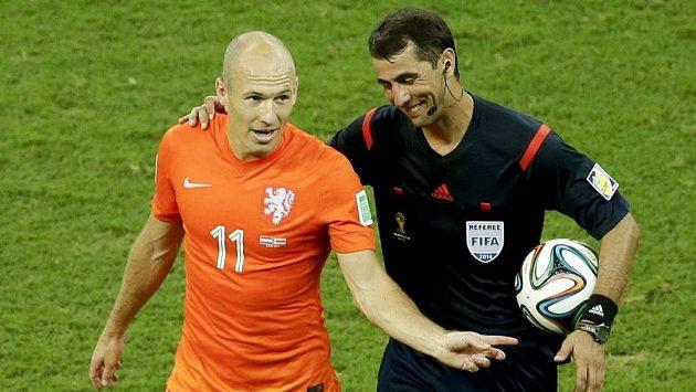 Rozhodčí Ravžan Irmatov z Uzbekistánu s Nizozemcem Arjenem Robbenem.