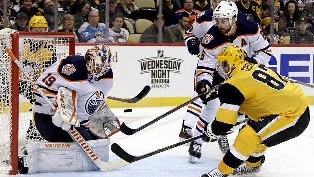 Sidney Crosby (87) z Pittsburghu, gólman Edmontonu Mikko Koskinen (19) a Adam Larsson (6).