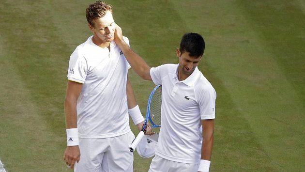 Tomáš Berdych (vlevo) a Novak Djokovič, který vzdal čtvrtfinále Wimbledonu.