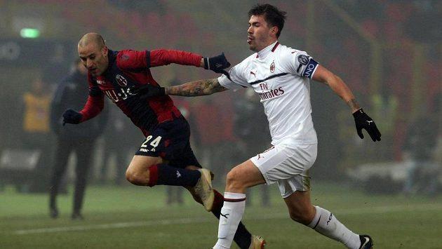 Boloňský Rodrigo Palacio (vlevo) se snaží přejít přes Alessia Romagnoliho.