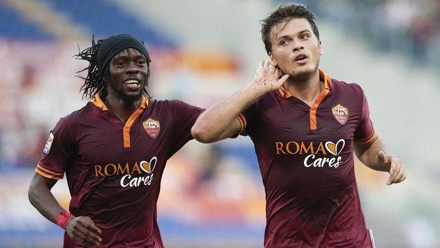 Fotbalisté AS Řím Adem Ljajič a Kouassi Gervinho (vlevo) slaví výhru nad Hellasem Verona.