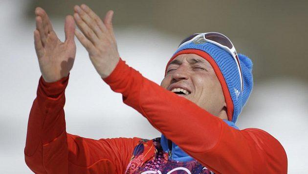 Ruský olympijský vítěz Alexandr Legkov se raduje v Soči po triumfu v maratónu na 50 km.