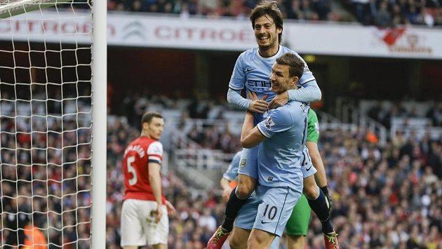 Fotbalisté Manchesteru City David Silva (nahoře) a Edin Džeko se radují z gólu španělského záložníka proti Arsenalu.