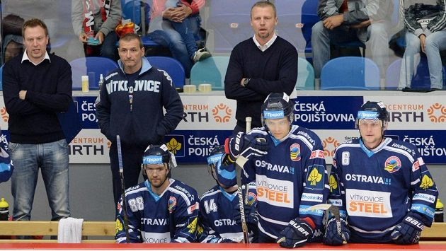 Asistent trenéra ve Vítkovicích Jakub Petr (vpravo vzadu).