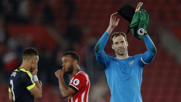 Petr Čech z Arsenalu tleská fanouškům za jejich podporu.