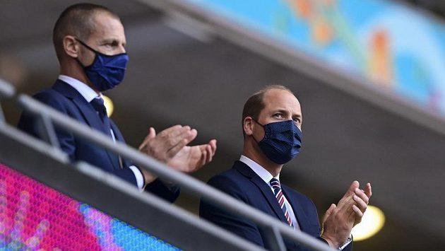 Princ William (vpravo) po boku předsedy UEFA Čeferina během utkání Anglie s Českou republikou.