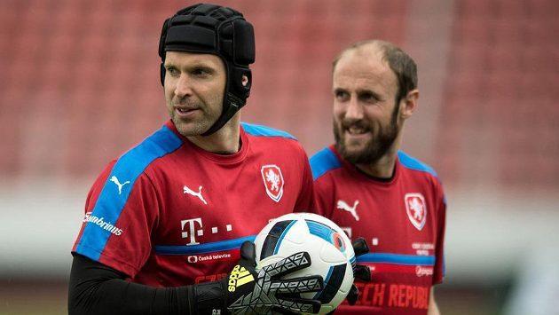 Petr Čech a Roman Hubník během tréninku české fotbalové reprezentace před rakouským kempem.
