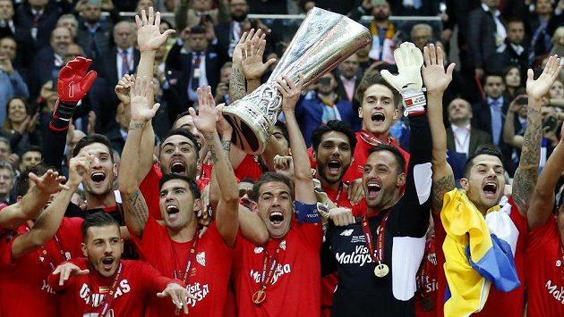 Obrovská radost hráčů Sevilly - Fernando Navarro zvedá trofej pro vítěze Evropské ligy. Andaluský tým má jistou účast v příštím ročníku Ligy mistrů.