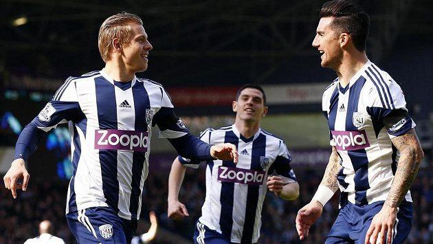 Matěj Vydra (vlevo) oslavuje svůj rychlý gól proti Tottenhamu se spoluhráčem z West Bromwiche Liamem Ridgewellem.