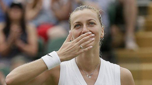 Česká tenistka Petra Kvitová zdraví diváky poté, co postoupila do osmifinále letošního Wimbledonu.