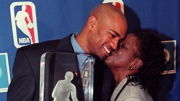 Vince Carter (vlevo) s matkou Michelle Robinson-Carterovou.
