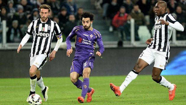 Mohamed Salah z Fiorentiny (uprostřed) střílí gól proti Juventusu v prvním semifinálovém duelu Italského poháru.