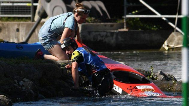 Vyčerpané Tereze Fišerové pomáhají na břeh po semifinále mistrovství světa v Pau.