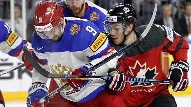 Viktor Antipin z Ruska v souboji s Braydenem Pointem z Kanady.