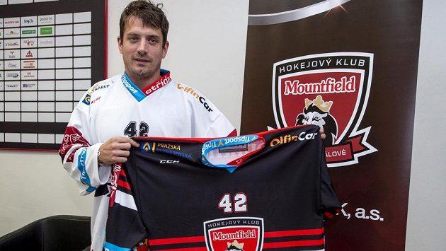 Kapitán hokejistů Hradce Králové Petr Koukal představil 11. září 2018 na tiskové konferenci v Hradci Králové dresy pro nadcházející extraligovou sezonu.