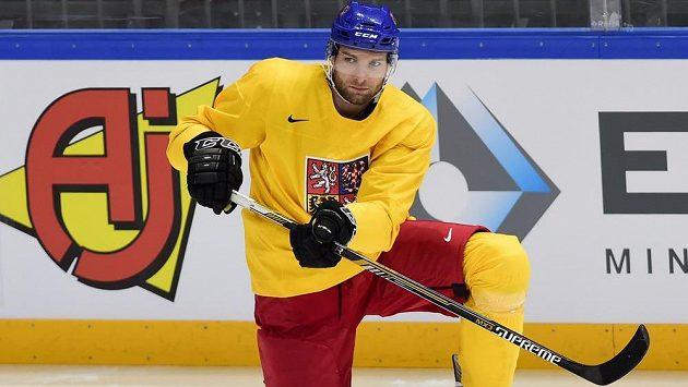 Český hokejový obránce Adam Polášek během tréninku na MS v Moskvě.