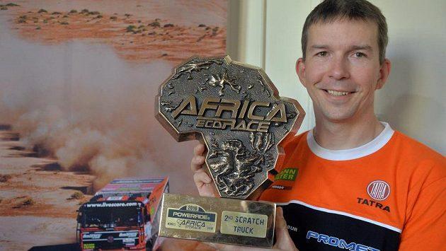 Ladislav Lála, navigátor Tomáše Tomečka, na tiskové konferenci po návratu z 8. ročníku rallye Africa Eco Race s trofejí za druhé místo.