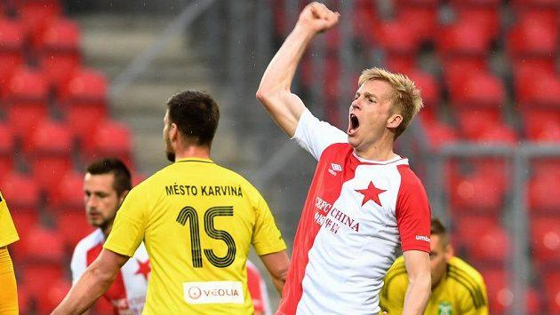 Michal Frydrych ze Slavie se raduje z gólu v pohárovém utkání s Karvinou.