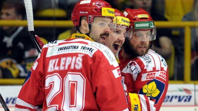 Radost třineckých hráčů z úvodního gólu zápasu, jehož autorem byl Štefan Ružička (uprostřed).
