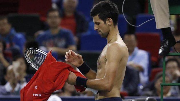 Novak Djokovič si roztrhal tirko a rozhodčí jej za výbuch emocí varoval.