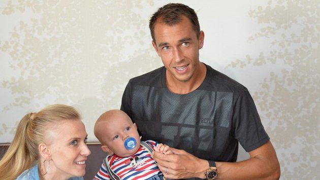 Lukáš Rosol s manželkou, bývalou televizní moderátorkou Michaelou Ochotskou a synem Andrém, před odletem do Indie na baráž o účast ve Světové skupině Davisova poháru.